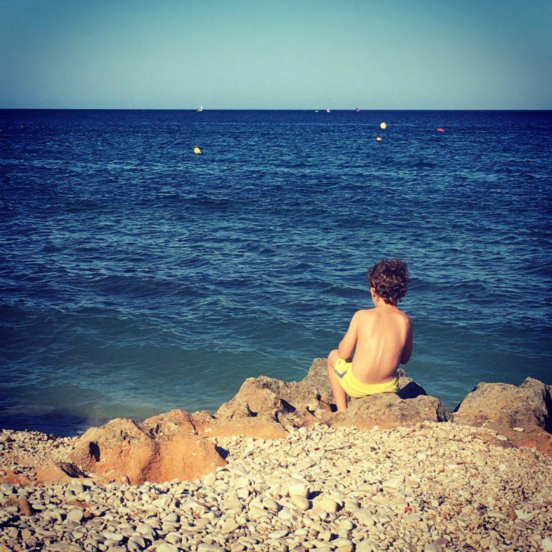 Niño mirando el mar en Dénia Martha Lovera